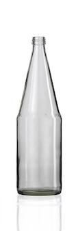 Colpo verticale di una bottiglia di vetro vuota isolata su uno sfondo bianco