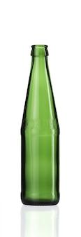 Colpo verticale di una bottiglia di vetro vuota isolata