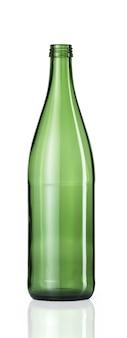 Colpo verticale di una bottiglia di vetro verde vuota con una riflessione qui sotto