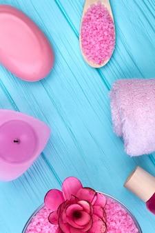푸른 나무에 수직 샷 플랫 누워 핑크 욕실 액세서리