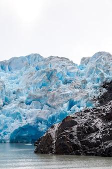 Colpo verticale dei ghiacciai nella regione della patagonia in cile