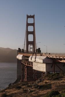 Colpo verticale nel presidio del golden gate bridge negli stati uniti