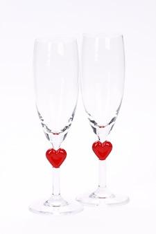 Colpo verticale di bicchieri di champagne a tema cuore