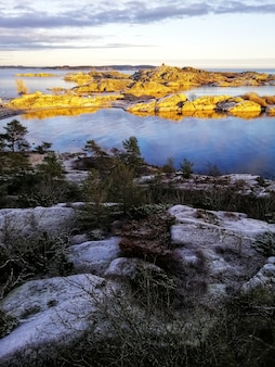 Scatto verticale di un incantevole paesaggio lacustre in stavern norvegia