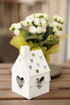 Colpo verticale di una scatola di metallo per candele su una superficie in legno