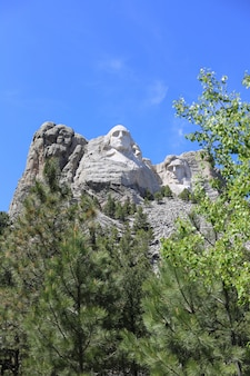 Vertical shot of the mountain rushmore on a sunny day