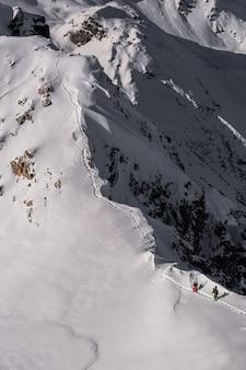 Colpo verticale di uno scenario montuoso coperto di bella neve bianca a sainte foy, alpi francesi