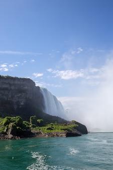 Colpo verticale delle cascate del niagara in state park niagara, usa