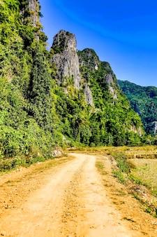 Вертикальный снимок тропы на склоне гор в дневное время