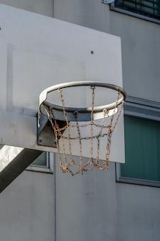 チェーンで作られたバスケットボールバスケットの垂直ショット