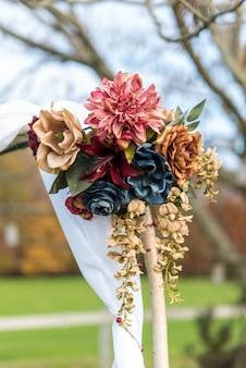 Вертикальный снимок красивого цветочного букета свадебного украшения на размытом фоне