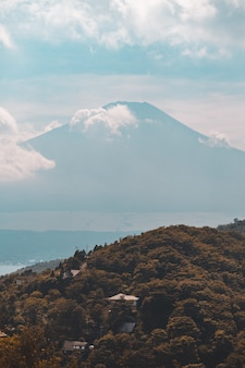 아름다운 산악 풍경의 세로 샷