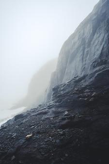 美しい岩層の垂直ショット