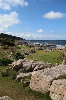 デンマーク、ボーンホルム島、ハンマーオッドの大きな岩のある美しい海岸風景の垂直ショット