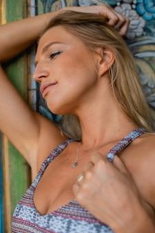 昼間の水着姿の金髪女性の垂直ショット