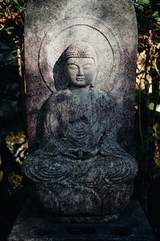 広島県の三滝寺の仏像の垂直ショット