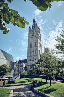 ベルギー、ゲントの大聖堂の塔の垂直ショット