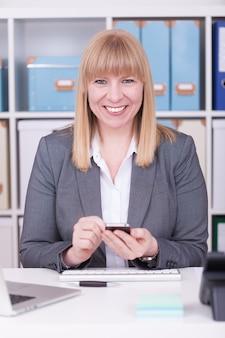 그녀의 전화를 들고 웃 고 백인 행복 한 사업가의 세로 샷