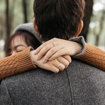 恋に抱き合っているカップルの縦のショット