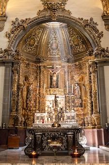 멕시코 과달 루페 성모 성당에서 십자가와 제단의 세로 샷