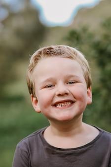 귀여운 웃는 금발 아이의 세로 샷