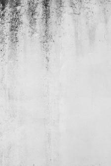 더러운 흰 콘크리트 벽의 세로 샷