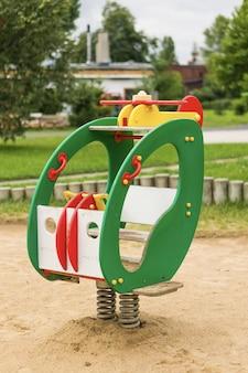 公園での子供乗りの垂直ショット