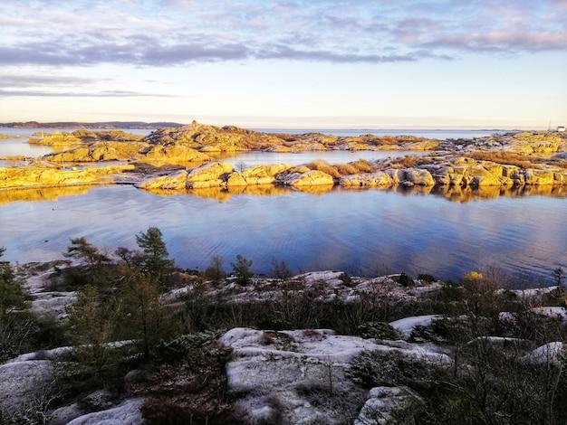 スタバーンノルウェーの奇岩に囲まれた湖の垂直ショット