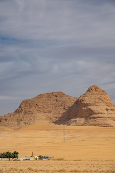 曇り空の下で砂漠の大きな崖の垂直ショット
