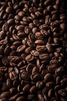 たくさんのコーヒー豆の背景の垂直ショット