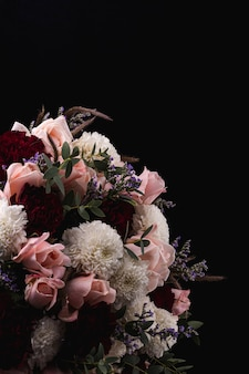 핑크 장미와 흰색, 붉은 달리아의 고급스러운 꽃다발의 세로 샷
