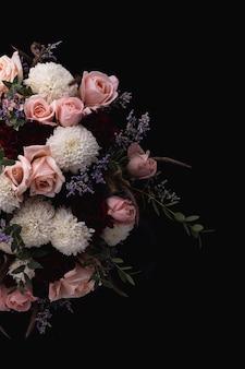 핑크 장미와 흰색의 고급스러운 꽃다발의 세로 샷