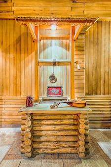 Вертикальный снимок мандолы на деревянном столе с деревянной стеной