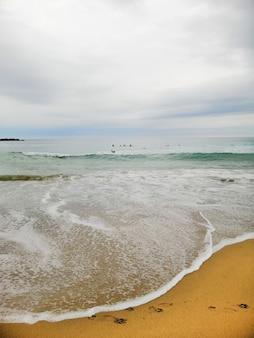 スペイン、サンセバスチャンのリゾートタウンのビーチに魅惑的な夕日の垂直ショット