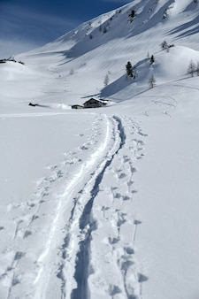 Col de la lombarde isola 2000 프랑스에서 눈으로 덮여 산의 세로 샷