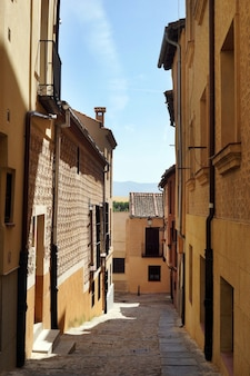 スペイン、セゴビアの狭い通りの垂直ショット