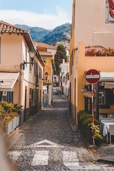 フンシャル、マデイラ、ポルトガルの建物の真ん中にある通路の垂直方向のショット。