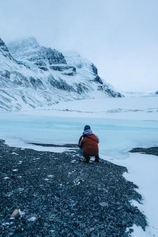 カナダのアサバスカ氷河での人物の垂直方向のショット