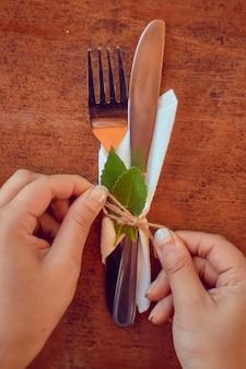 장신구와 결혼식을 위해 테이블 식기를 만드는 사람의 세로 샷