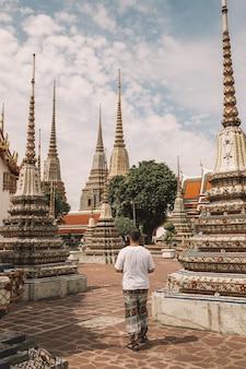 タイ、バンコクのワットポー寺院を歩いている人の垂直ショット