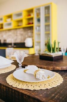 테이블에 접시, 유리, 냅킨의 세로 샷