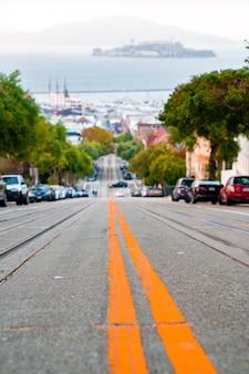 샌프란시스코의 도로와 전통적인 케이블카의 수직 샷
