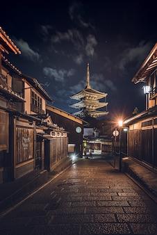 일본 건물 한가운데 있는 도로의 세로 샷