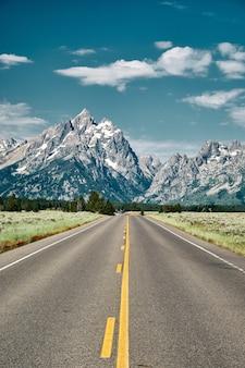 Вертикальный снимок дороги, ведущей в национальный парк гранд-тетон, штат вайоминг, сша
