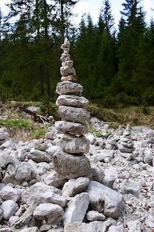 フォレスト-ビジネスの安定性の概念の岩のスタックの垂直方向のショット