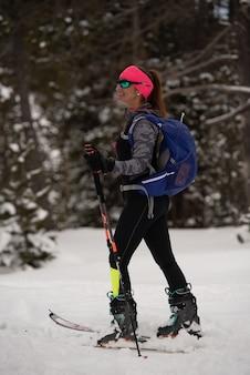 ヨーロッパのピレネー山脈の山でスキー登山をしている女性の垂直ショット