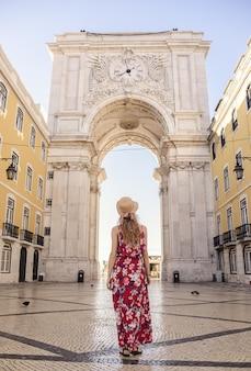 若い女性旅行者の垂直ショット