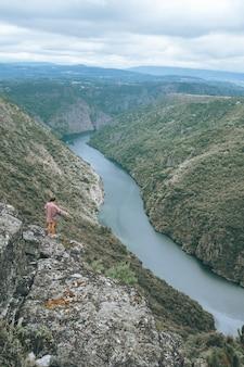スペインのシルキャニオンで若い女性の垂直ショット