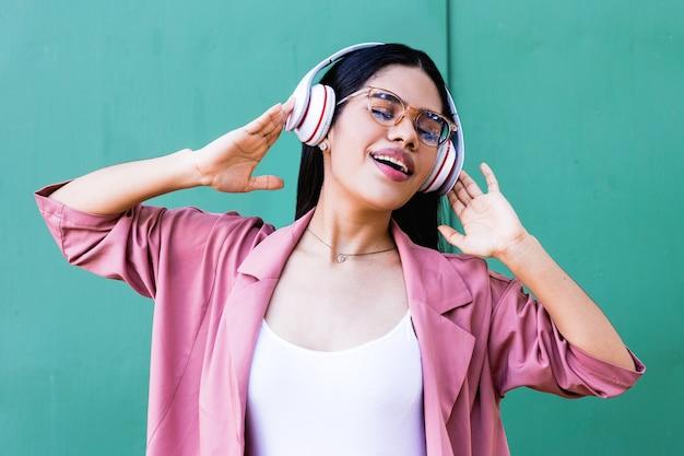 ヘッドフォンで若い女性の垂直ショット