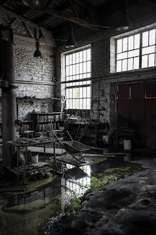 放棄された散らかった倉庫の垂直ショット